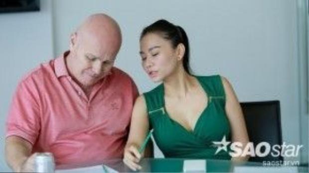 Thu Minh cùng chồng trong buổi họp báo sáng nay 7/04
