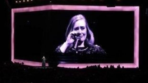 Adele nghẹn ngào thông báo với fan về quyết định của mình.