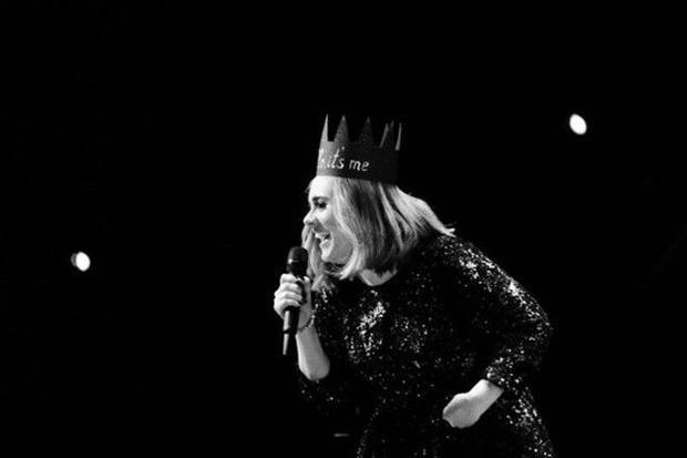 Adele không kìm được nước mắt thông báo tạm ngừng hoạt động vì con trai