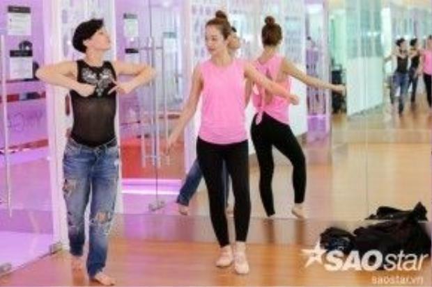 Evgeniya Churikova tận tình hướng dẫn Jennifer Phạm trên sàn tập.