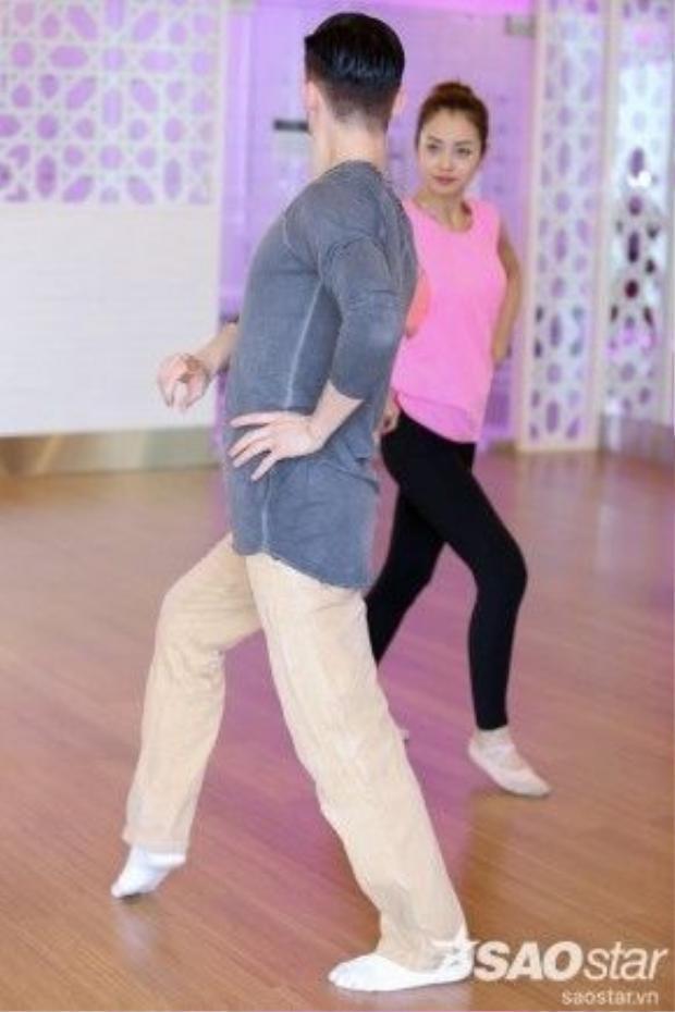 Trên sàn tập Jennifer còn nhận được lời khen về khả năng nhảy, đặc biệt là sự xinh đẹp rạng rỡ.