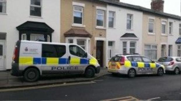 Xe cảnh sát đậu trước nhà của gia đình Neil ở Blackpool (Anh), nơi xảy ra vụ tai nạn thương tâm cướp đi mạng sống của bé Freddie.