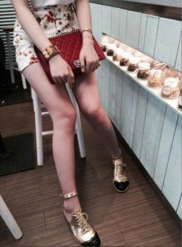Cùng với bộ sưu tập túi đắt tiền, Anh Sa còn có hàng loạt những đôi giầy đắt tiền và những chiếc kính tuyệt đẹp. Và tất nhiên, trang phục của con gái Hoa hậu Giáng My cũng luôn là hàng hiệu.