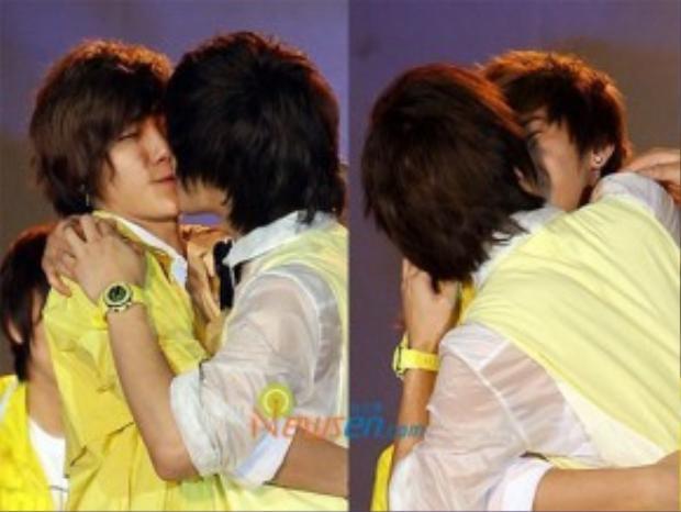 Seunghyun - Jonghyun hôn nhau rất nồng nhiệt.