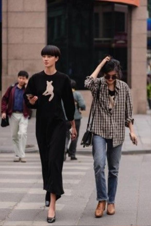 Sự gặp mặt của cả hai tại Hà Nội khiến những thiết kế của Bảo Loan như được thăng hoa trên đường phố bởi chân dài Đỗ Hà.
