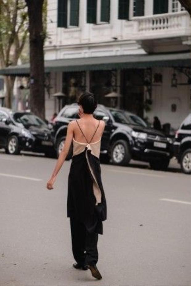 Trong dịp quay lại Hà Nội cho những hoạt động biểu diễn thời trang, Đỗ Hà và nhà thiết kế Ngô Thái Bảo Loan đã có một buổi hội ngộ. Cô không khỏi bất ngờ và vui mừng khi được khoác lên người những thiết kế mới nhất của NTK trẻ. Sự phóng khoáng được thể hiện rõ nét qua những trang phục độc đáo.