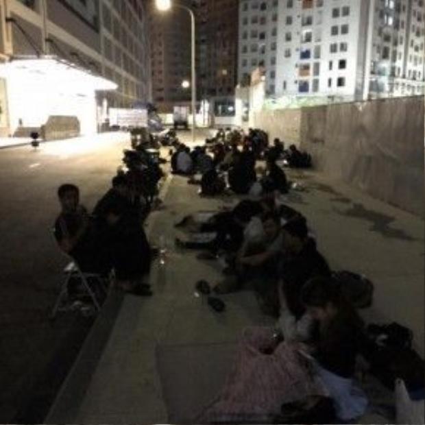 Hàng người xếp hàng dài trước Vincom Thảo Điền, TPHCM để chờ đợi siêu phẩm NMD. (Ảnh: Nguyễn Hoàng Lâm)