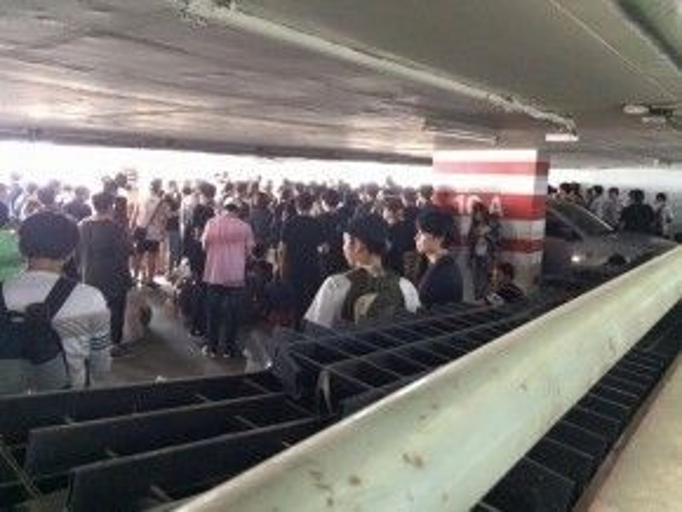 Dòng người xếp hàng camp giày chật kín tại hầm giữ xe trung tâm thương mại nổi tiếng Siam (Thái Lan).
