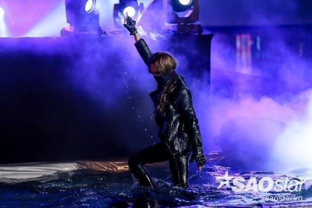 Thu Minh cháy hết mình, Trương Ngọc Ánh tình cảm bên trai 6 múi tại concert khủng