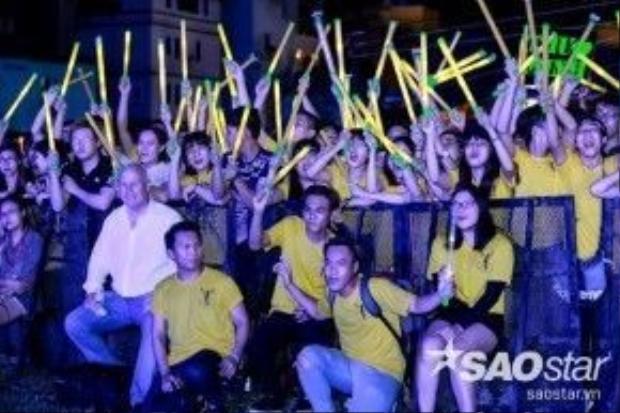Phía dưới sân khấu, chồng Thu Minh cùng các fan hâm mộ cũngđang 'cháy' hết mình cùng cô.
