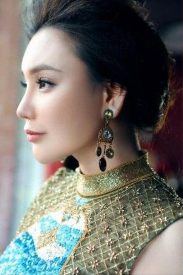 Có lẽ sau một thời gian dài vắng bóng, lần trở lại của Hồ Quỳnh Hương với âm nhạc còn được đánh dấu bởi sự thay đổi về hình ảnh với gu thời trang đẹp đến ngỡ ngàng, người đứng sau cho sự lột xác này chính là stylist Lê Minh Ngọc.