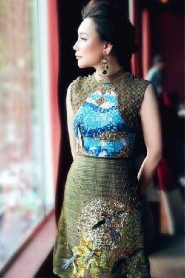 Hồ Quỳnh Hương diện trang phục đính hạt tinh xảo tạo hình chim công đậm chất văn hóa Việt với thiết kế của Tùng Vũ.