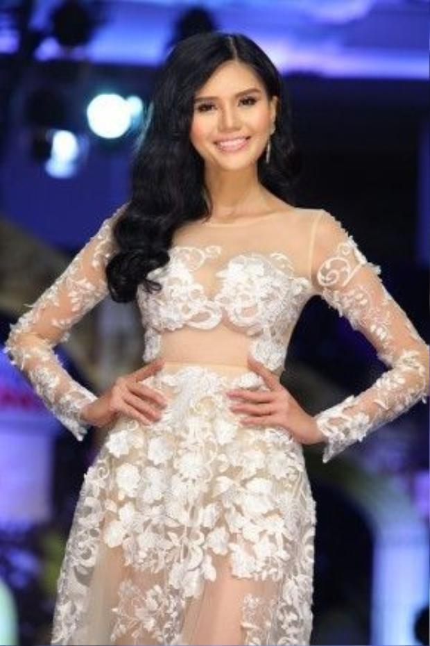 Á hậu Kim Nguyên diện đầm xuyên thấu đơn giản với những bông hoa trắng đính nổi. Với chiếc váy tông nude, cô chọn lối trang điểm nhẹ nhàng, tự nhiên.