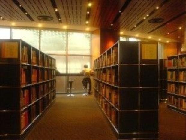 Ngoài các thính phòng khác nhau, nhà hát Esplanade còn có thư viện Esplanade - thư viện về nghệ thuật biểu diễn đầu tiên của Singapore. Ảnh: durianporean.
