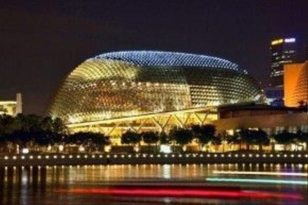 Nhà hát Esplanade với diện tích 6 hecta, có hình trái sầu riêng, là một cụm phức hợp các nhà hát, phòng hòa nhạc, phòng biểu diễn. Ảnh: mimoa.