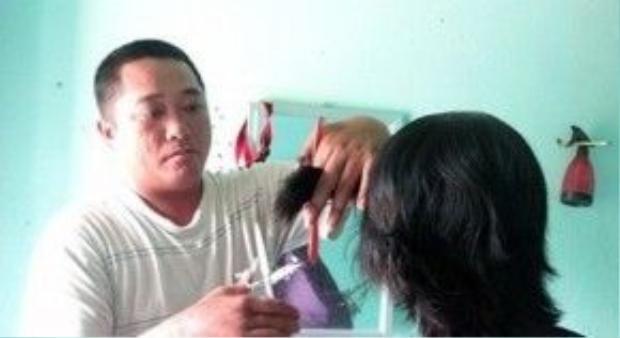 Bên cạnh công việc lái xe ôm thì Phùng Ngọc còn cắt tóc dạo kiếm thêm thu nhập.