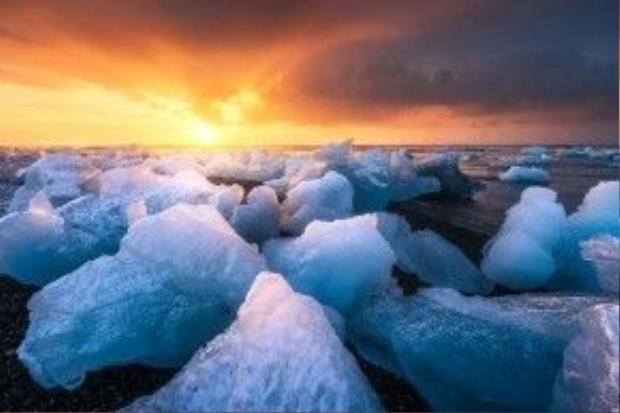 Biển băng ở Iceland trở nên huyền diệu trong ánh mặt trời.