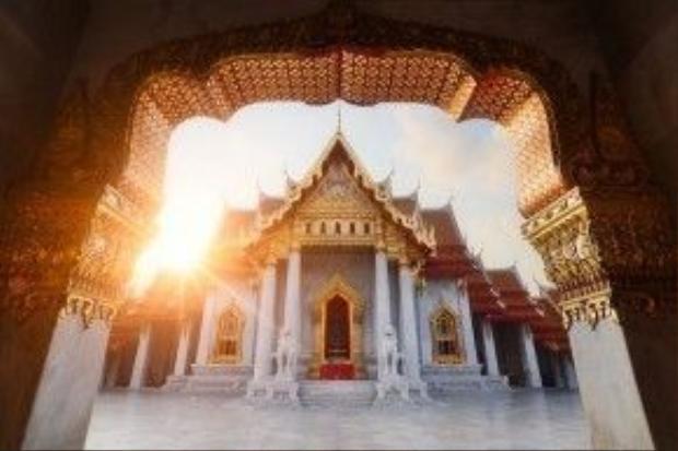 Ánh mặt trời le lói qua khung cửa một ngôi chùa ở thủ đô Bangkok (Thái Lan).