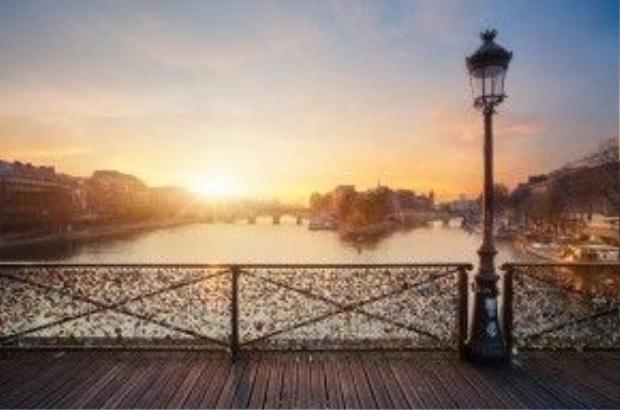 Cầu Pont des Arts (Pháp) trước khi bị dỡ bỏ những lan can ken chặt các chiếc khóa tình yêu.