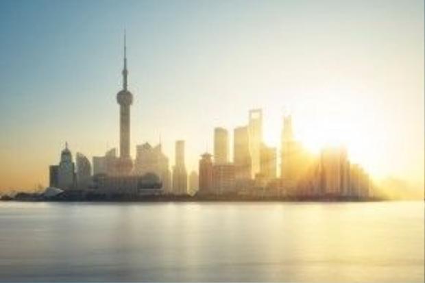 """Khung cảnh Phố Đông Thượng Hải """"chói lòa"""" trong một ngày nắng rực rỡ."""