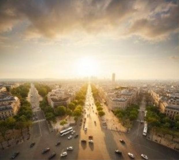 Đại lộ Champs Élysées (Pháp) đẹp thơ mộng trong ánh nắng dịu nhẹ.