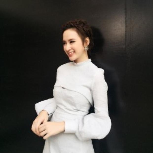 Cô nàng chọn kiểu tóc tết búi ngang đầu sang trọng và quí phái, kết hợp cùng hoa tai đá cực trendy.