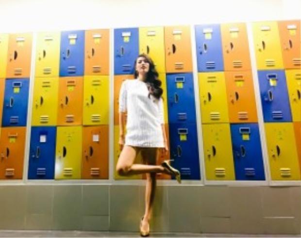 Lan Khuê diện một thiết kế đầm xuông trắng đơn giản, nhã nhặn với chất liệu lạ mắt. Cô nàng phối cùng giày cao gót ánh kim của nhà mốt Dior.