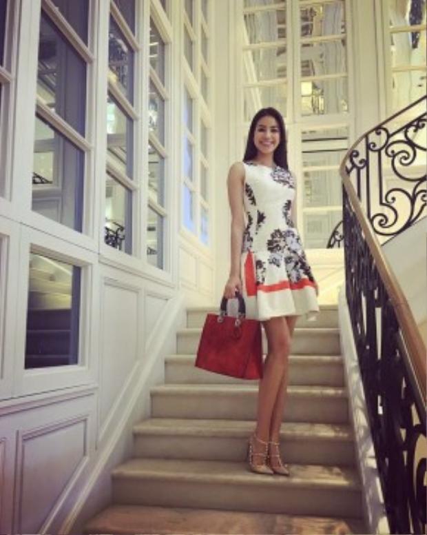Phạm Hương vừa đăng tải hình ảnh của cô nàng cách đây ít phút trên mạng xã hội. Cô diện túi và váy từ thương hiệu Dior kết hợp cùng giày cao gót màu nude của Valentino.