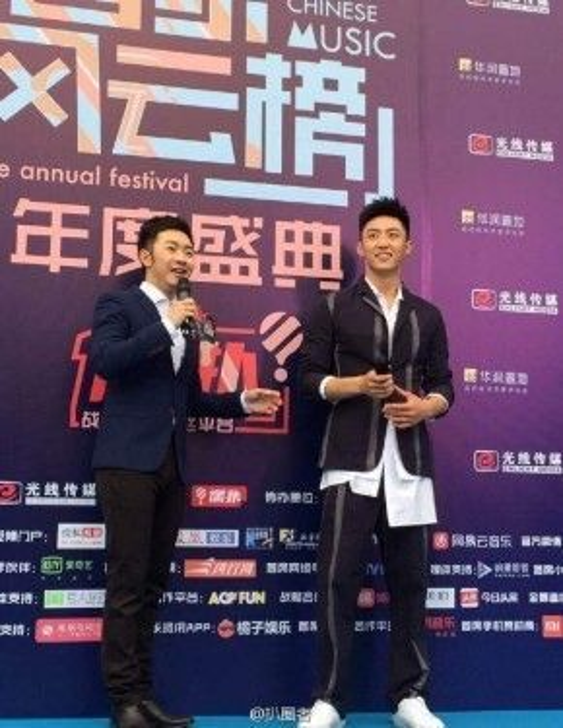 Với chiều cao đáng mơ ước, Hoàng Cảnh Du quá đẹp trai trong bộ vest lịch lãm.