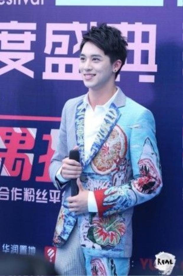 Hứa Ngụy Châu tỏa sáng không kém trên thảm xanh. Anh là một nghệ sĩ trẻ khá đa tài. Chàng trai liên tục cười tươi khi trả lời các câu hỏi phỏng vấn từ MC.