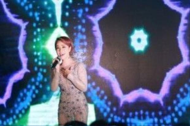 Uyên Linh cũng thôi miên khán giả bằng những ca khúc làm nên tên tuổi của cô như Người hát tình ca, Cám ơn tình yêu, Chỉ là giấc mơ…