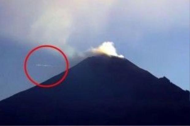 Vật thể bay không xác định (UFO) được phát hiện bởi chiếc máy quay bay gần miệng núi lửa Popocatepetl sau nó khi phun trào nhiều ngày.