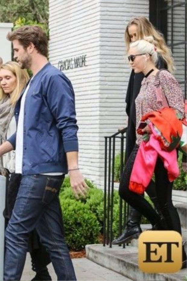 Miley lẳng lặng khi đi cạnh Liam và gia đình anh khi rời nhà hàng. Nhiều người cho rằng, Miley biết chọn người yêu hơn Selena Gomez.