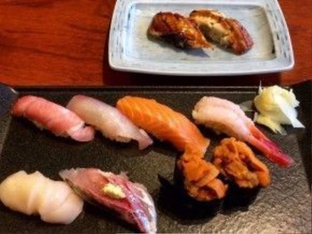 Các món sushi đa dạng, tươi ngon và hàng chục loại mì ramen sẽ chạm đến trái tim của bất kỳ hành khách nào đang lững thững đi tìm một bữa ăn tối tại sân bay Narita. Và bạn sẽ không thể tin được rằng nơi đây cũng chính là một trong những điểm có sushi ngon nhất thế giới.