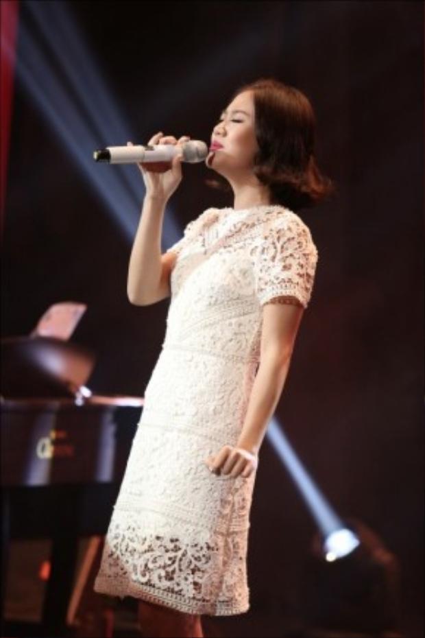 Văn Mai Hương thiết tha trên sân khấu với váy Lâm Gia Khang.