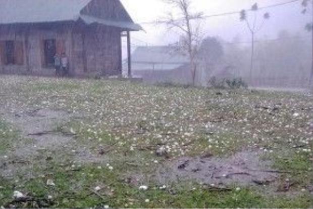 Theo đó, lúc 16h ngày 9/4 tại xã Mai Sơn Tương dương xảy ra lốc kèm mưa đá khiến người dân vô cùng lo lắng. Ảnh: Bùi Lan.