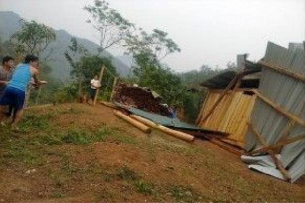 Chưa hết, đến rạng sáng 10/4 trên địa bàn tỉnh Nghệ An tiếp tục xuất hiện trận gió lốc mạnh kèm theo mưa đá khiến hàng trăm ngôi nhà hư hỏng, tốc mái. Ảnh: Quang Trại.