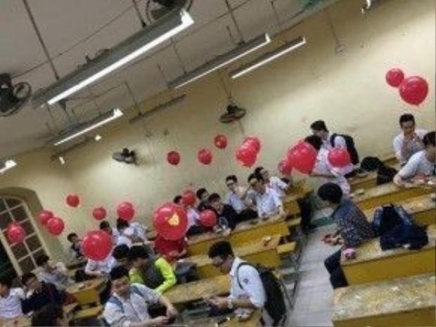 """37 nam sinh lớp 11A1, THPT Việt Đức đã nhận được món quà bất ngờ từ các bạn gái nhân """"Ngày con trai""""."""