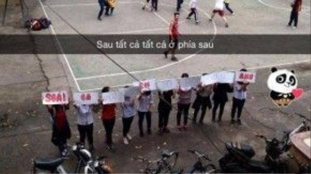 """Banner """"tỏ tình"""" đáng yêu của các cô gái Việt Đức."""