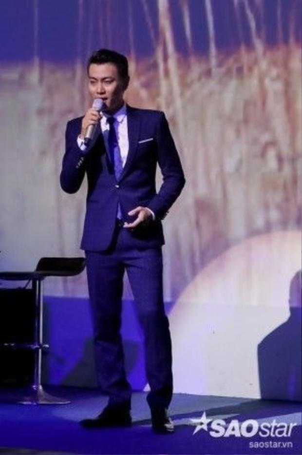 Phúc Lâm cũng thể hiện bản lĩnh sân khấu tại đêm nhạc của team mình.