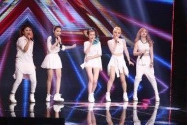 Nhóm S-Girls khiến 2 giám khảo nam chặt chém lẫn nhau.