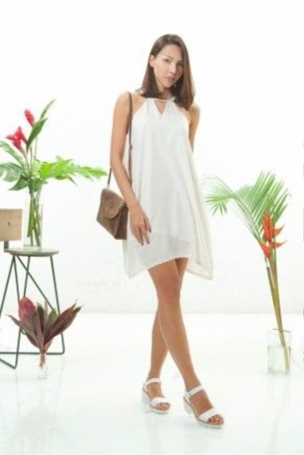 ..ngoài ra cô còn cập nhật thêm cho mình đôi sandal đế thô( một trong những item hot nhất mùa hè) khiến cô nàng vừa dịu dàng, hợp với dòng chảy thời trang minimalist cùng khí hậu nắng nóng mùa này.