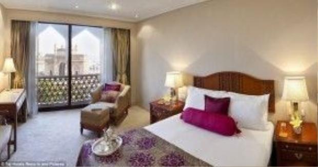Một phòng nghỉ thuộc khu lâu đài của khách sạn có góc nhìn sang Cổng vào Ấn Độ, một trong những địa điểm du lịch nổi tiếng hàng đầu tại đất nước này.