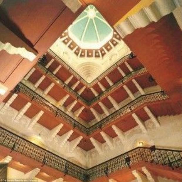 Taj Mahal Palace ban đầu có tổng số vốn hơn 353.000 USD. Khách sạn có tầm nhìn rất đẹp ra biển Arabian và bên trong chứa nhiều hành lang cùng 560 phòng phục vụ khách. Bên cạnh nhiều tiện nghi như spa, thẩm mỹ, bể bơi ngoài trời… khách sạn còn có các dịch vụ hoạt động 24h như phòng thể dục thể hình, quán cà phê, dịch vụ phòng, chăm sóc y tế với bác sĩ và y tá đầy đủ.