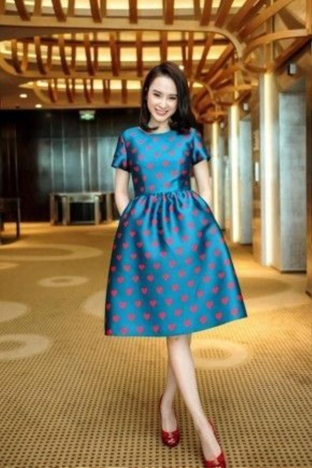 Angela Phương Trinh là một trong những nhân vật đầu tiên được diện thiết kế mới nhất nằm trong bộ sưu tập Thu - Đông 2015 của Đỗ Mạnh Cường.