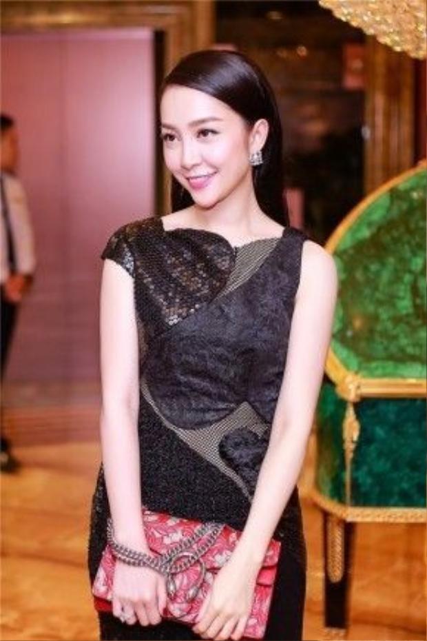 Trong bộ sưu tập Thu - Đông 2015 của Đỗ Mạnh Cường, Linh Nga cũng chính là người đầu tiên được diện mẫu thiết kế mới nhất với nền vải đen họa tiết trái tim.