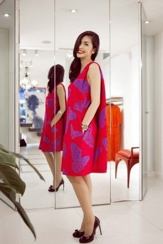 Tất cả các trang phục cô diện của NTK 8x đều được đo ni đóng giày cho phù hợp với sắc vóc của người đẹp gốc Tiền Giang.