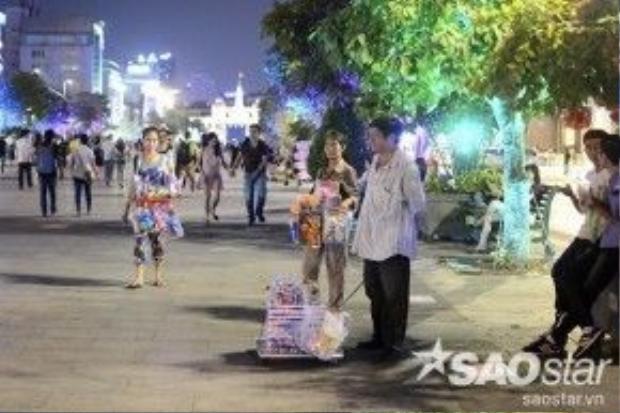Cũng từ đó kéo theo đội quân bán hàng rong, thức ăn nhanh xuất hiện rất nhiều tại phố đi bộ. Những người này liên tục lảng vảng dọc phố chào mời du khách mua hàng.