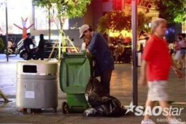 """Cô Mai, đội vệ sinh phố đi bộ cho biết: """"Mặt dù đã lắp đặt các thùng rác dọc 2 bên hành lang và thường xuyên nhắc nhở du khách, tuy nhiên nhiều người cố tình xả rác trên phố đi bộ. Sau khi du khách ra về thì chúng tôi đi cả nguyên con phố để dọn dẹp rác."""""""
