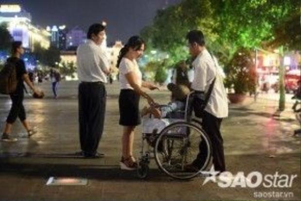 """Chị Nguyễn Thị Mai cho biết: """"Dạo này tôi thấy càng ngày có nhiều người bán hàng rong quá. Nhiều lúc muốn đưa gia đình đi dạo, xem phun nước mà cứ bị mời mua hàng, chèo kéo rất phiền phức""""."""